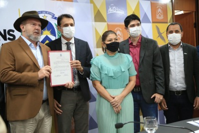 Governador Mauro Carlesse, Secretária Adriana Aguiar, Presidente do CEE/TO, Robson Vila Nova e autoridades.