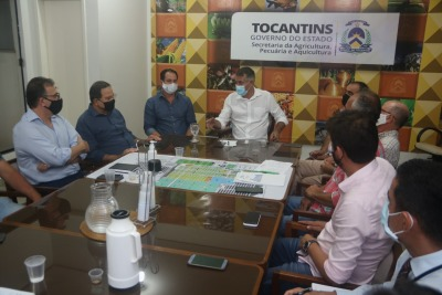 Secretário da Seagro, Jaime Café reunido com produtores de leite e empresários da indústria de laticínios