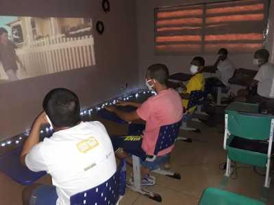 Adolescentes assistidos pelo Sistema Socioeducativo do Tocantins participam de sessões de cinema dentro da unidade