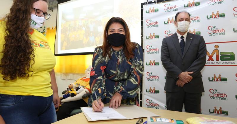 Titular da Seduc, Adriana Aguiar, assina termo de cooperação para fortalecer Centro Intergeracional Sarah Gomes