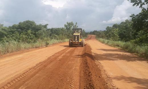 Trabalhos de patrolamento e recuperação de pontos críticos na rodovia TO-040, no trecho entre Almas e Pindorama