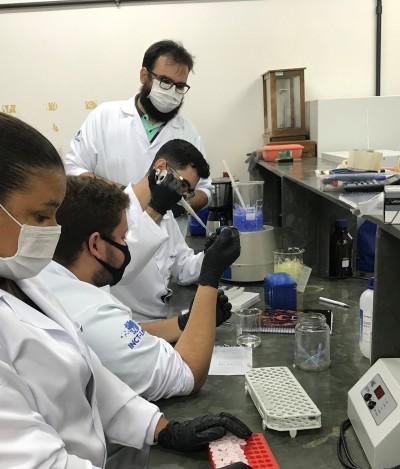 Foto04-Equipe de pesquisadores apoiados pelo Governo destacam que um produtocientífico passa por rigorosos padrões de qualidade - Georgya L_400.jpg