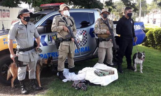 Policiais que participaram da ação, com apoio de cão farejador