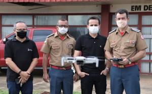 O coronel Leandro (D), pilota o Drone doado pela Energia nesta quarta, 17