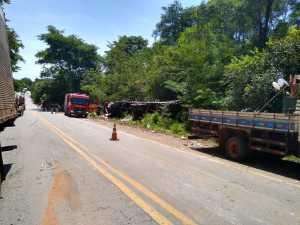 Bombeiros militares foram chamados e resgataram o corpo do motorista no cabine do caminhão