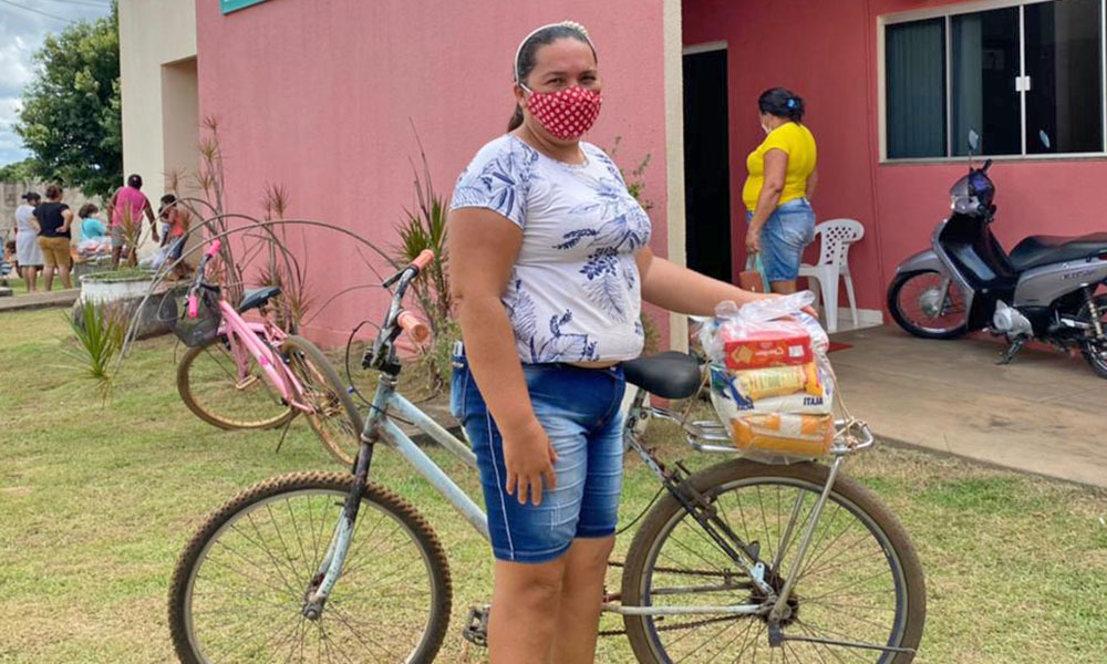 Mericiana Viana da Cruz, 43 anos, de Pium, foi uma das beneficiadas nesta quarta-feira, 07, com a entrega de cestas básicas - Matheus Macedo/Governo do Tocantins