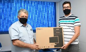 Presidente da Adapec faz entrega de computadores aos servidores