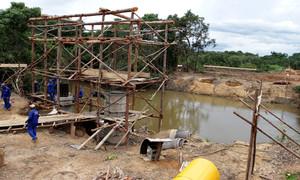 Governo inicia o levantamento de pilares da nova ponte de concreto armado que substituirá ponte de madeira de 40 metros no rio Formiga
