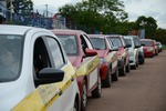 Fila de carros para realizar a prova de direção para obter a CNH.