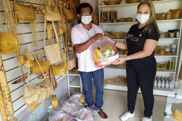 A superintendente de Cultura, Lorena Ribeiro, foi a Tocantínia para entregar as cestas a Srewe Xerente