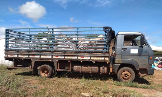 Caminhão carrega a primeira tonelada de rede de pesca para reciclagem