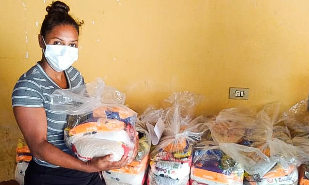 A autônoma, Maria Cristina Alves, é uma das que recebeu cestas básicas do Governo do Tocantins, por meio da Setas, nesta terça-feira, 20 - Gilson Ribeiro/Governo do Tocantins