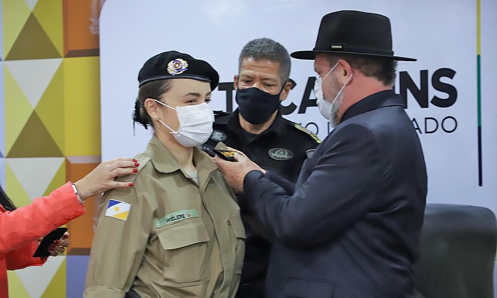 A tenente-coronel Welere Barbosa foi promovida a Coronel e recebeu sua nova insígnia das mãos do governador Mauro Carlesse - Esequias Araújo/Governo do Tocantins