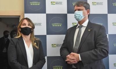 Secretária Juliana Passarin apresenta demandas ao ministro da Infraestrutura, Tarcísio Gomes de Freitas