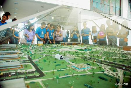 Maquete da Praça dos Girassóis é analisada pelos estudantes do CEM Santa Rita de Cássia