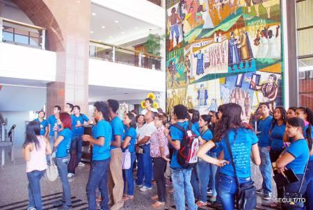 No hall do Palácio Araguaia, estudantes observam os painéis 'Lutas' e 'Conquistas', que fazem um resgate da história do Tocantins desde o século XVI até a construção da capital