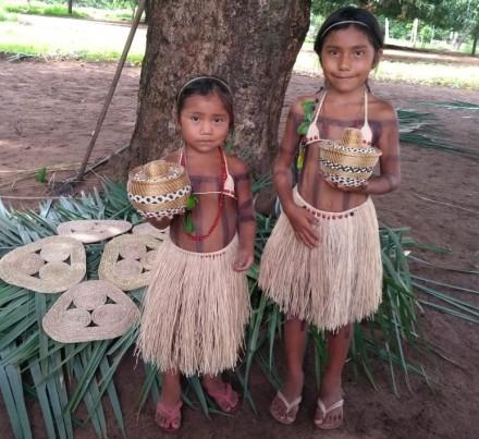 Crianças Xerente mostram peças feitas com capin dourado e fibras - Arquivo Secom - Governo do Tocantins.jpeg