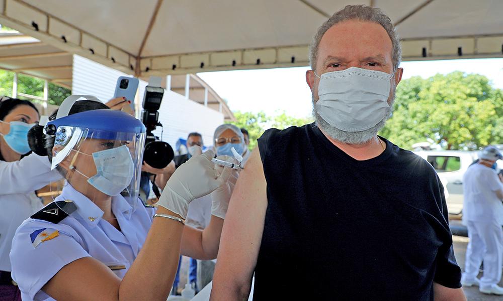 Governador Carlesse tomou a primeira dose da vacina contra a Covid-19 e reforçou a importância de que todos esperem sua vez de receber a imunização - Antônio Gonçalves/Governo do Tocantins