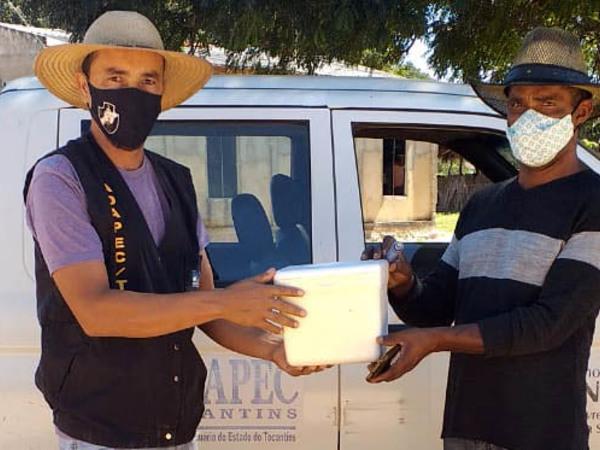 Produtor rural da comunidade quilombola Carrapato recebevacinas contra aftosa para imunizar os bovídeos de sua propriedade