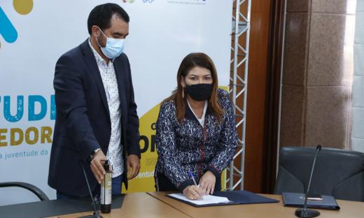 Titular da Seduc, Adriana Aguiar; e o vice-governador Wanderlei Barbosa, durante o lançamento do Juventude Empreendedora 2.1 no Tocantins