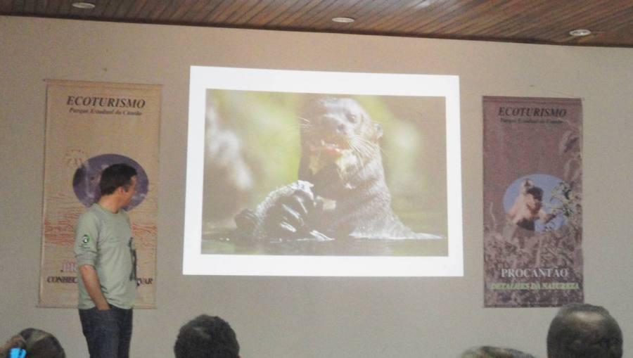 O doutor Robert Williams, da Sociedade de Zoologia de Frankfurt, apresentou a história das ariranhas.