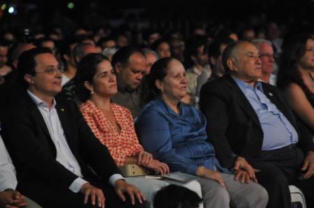 Acompanhado de secretários estaduais e da primeira-dama, o Governador assistiu emocionado à apresentação da orquestra