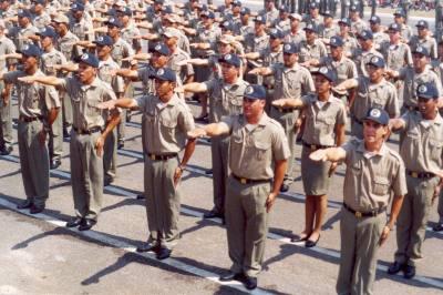 Solenidade de formatura de 153 soldados, na praça dos Girassóis, Palmas-TO, em setembro de 2004.
