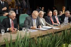 Governador Siqueira Campos durante autorização para liberação de mais de R$ 92 milhões para a construção de escolas de tempo integral, além da aquisição de mais 140 novos ônibus escolares.