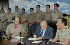 Governador Siqueira Campos durante assinatura dos atos de promoção dos 75 bombeiros militares, em cerimônia realizada na tarde desta sexta-feira, 14, no gabinete do Palácio Araguaia.
