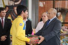 Simbolizando a parceria, Governador Siqueira Campos entrega um presente ao carteiro Adriano da Silva. Na oportunidade também agradece o engajamento de todos.