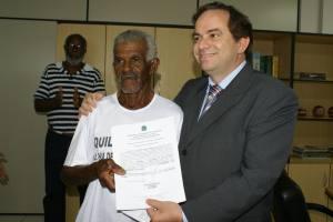 Secretário entrega Certificação das Comunidades Quilombolas Ilha de São Vicente e Pé do Morro